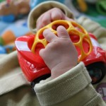 Une petite voiture hochet Rattle & Roll Oball de Rhino Toys