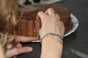 montage bis gravity cake kit kat